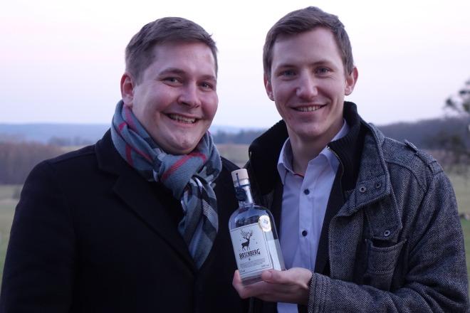 16 Max Weiß (links) und Simon Gunnemann sind stolz auf ihren Hirschberg Gin